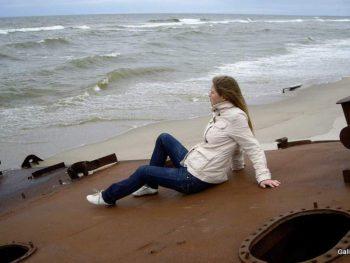 Балтийская коса, кусок корабля на пляже