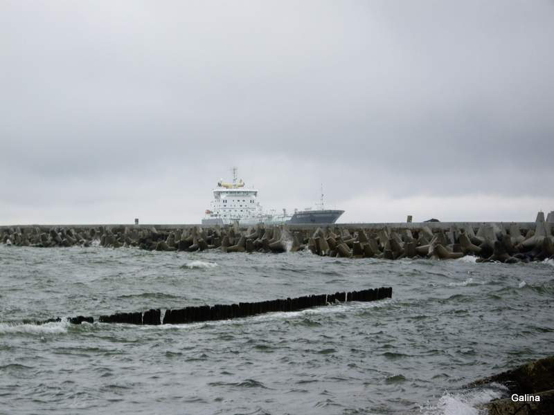 Балтийская коса, корабль заходит в порт