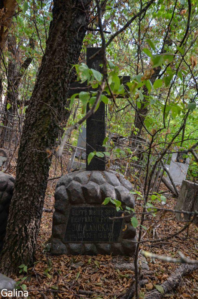 Старинные могилы на кладбище Таганрога