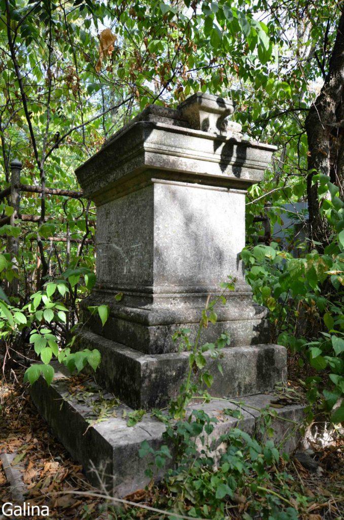 Старинные надгробия на кладбище Таганрога