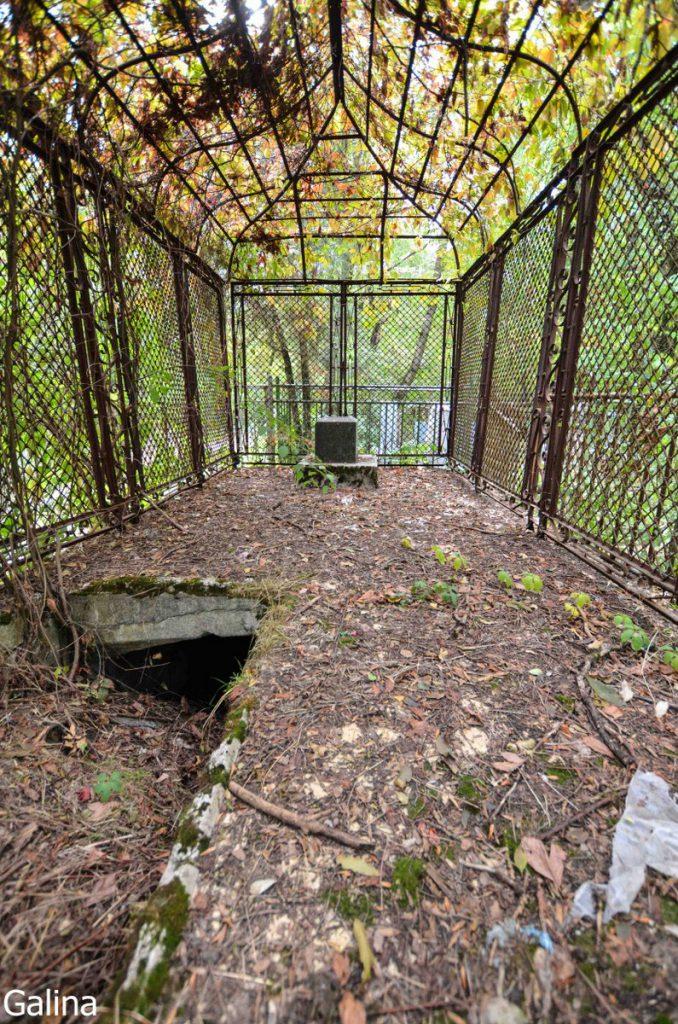 Склеп с кованной решетки на старом кладбище Таганрога