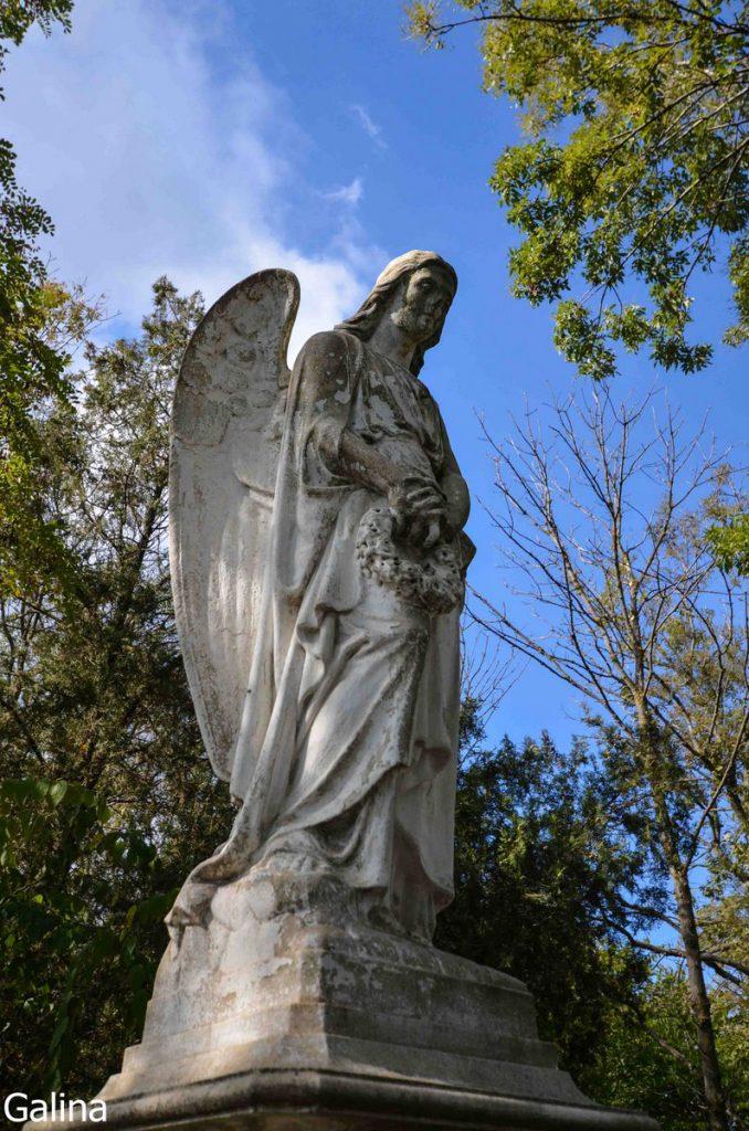 Скульптура ангела на старом кладбище Таганрога