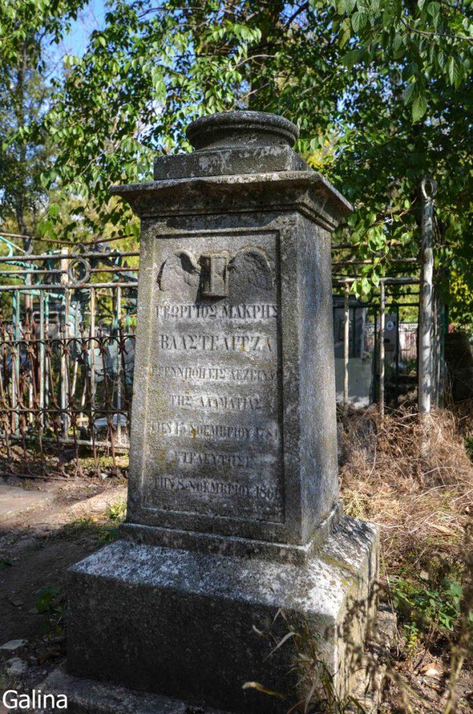 Пустые постаменты на старом кладбище Таганрога