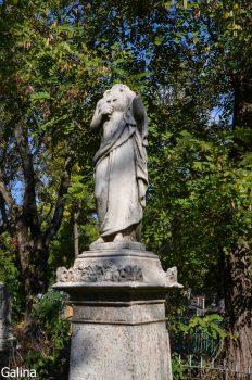 Скульптуры на старом кладбище Таганрога без головы