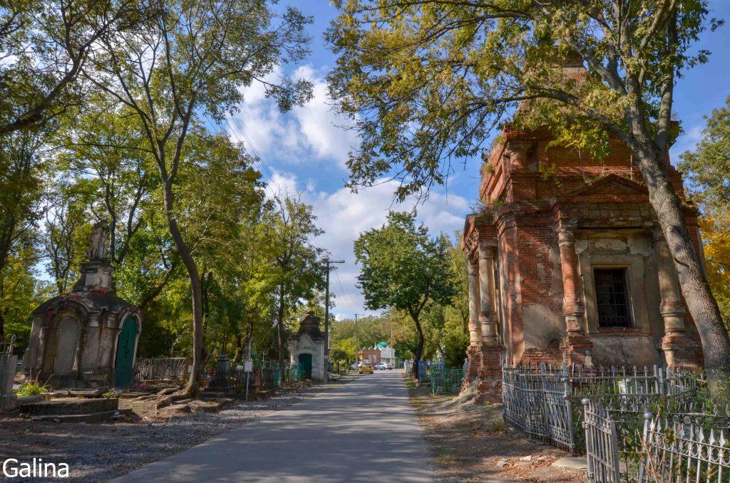 Склепы на старом кладбище Таганрога на центральной аллее