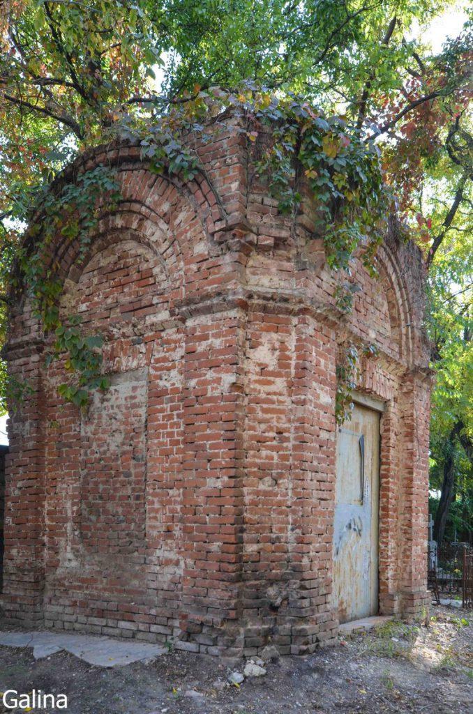 Склеп на старом кладбище Таганрога