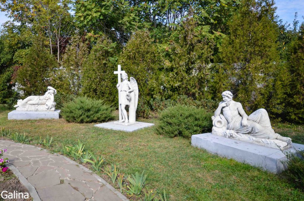 Скульптуры во дворе художественной галереи Таганрога