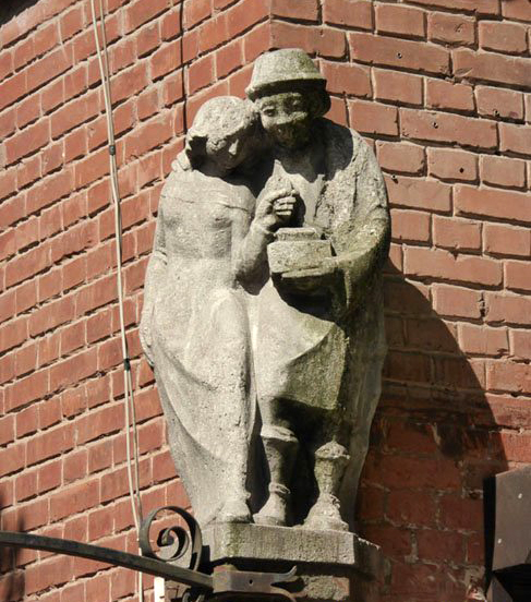 Здание со скульптурой на Коммунальной