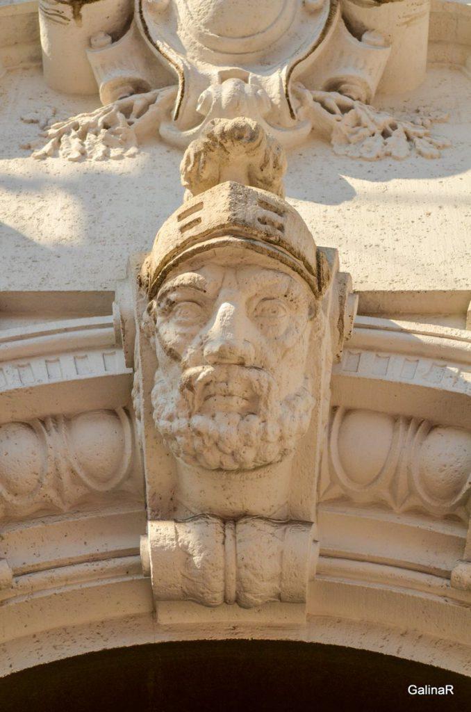 Голова античного воина на здании ФСБ