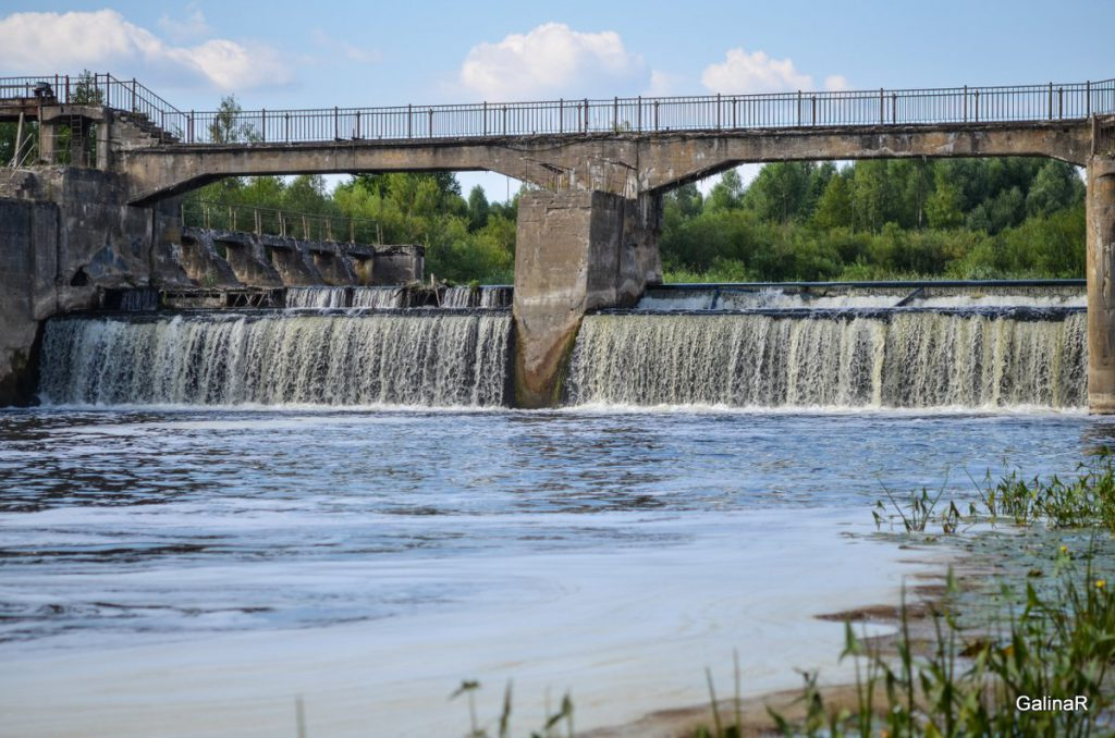 Плотина сброса воды на ГРЭС-4 на реке Лава в Курортном Правдинского района Калининградской области