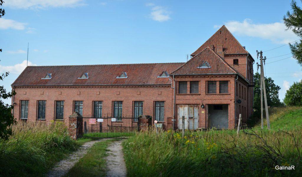 Здание ГРЭС-4 в Курортном на реке Лава в Правдинского района Калининградской области
