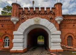 Герб над входом в форт Пиллау
