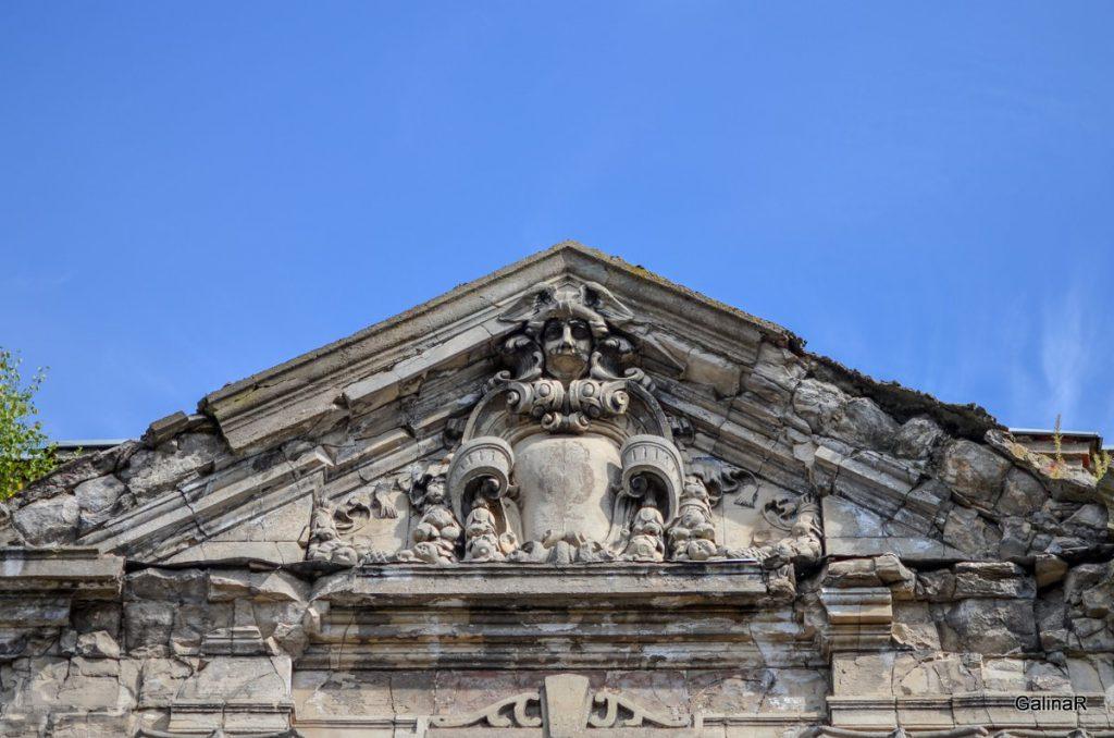 Декор фасада здания на улице Тюленина