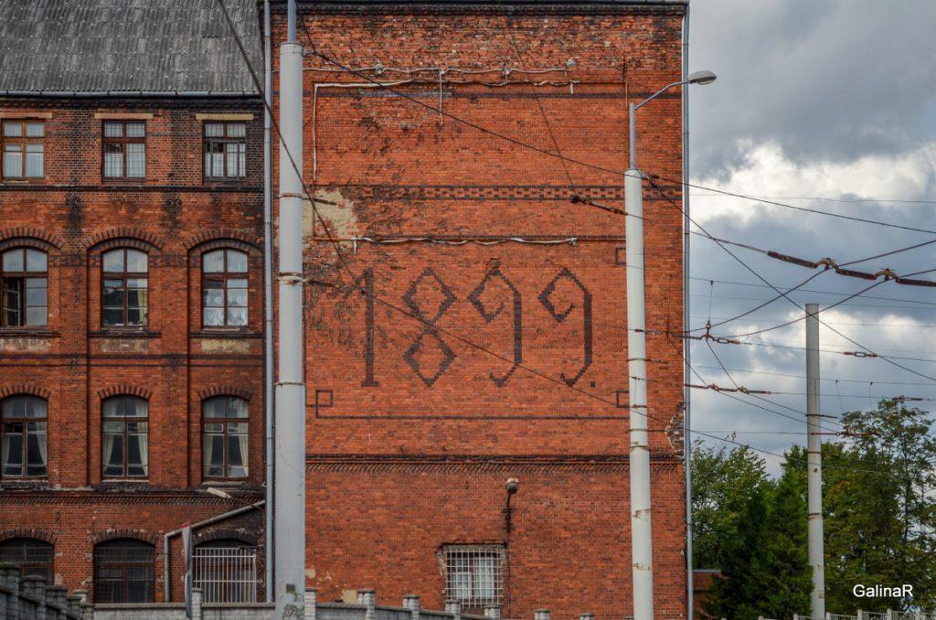Здание с цифрами 1899 у эстакады