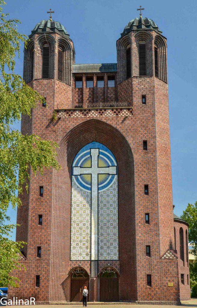 Портал с лютеранским крестом на Кройцкирхе