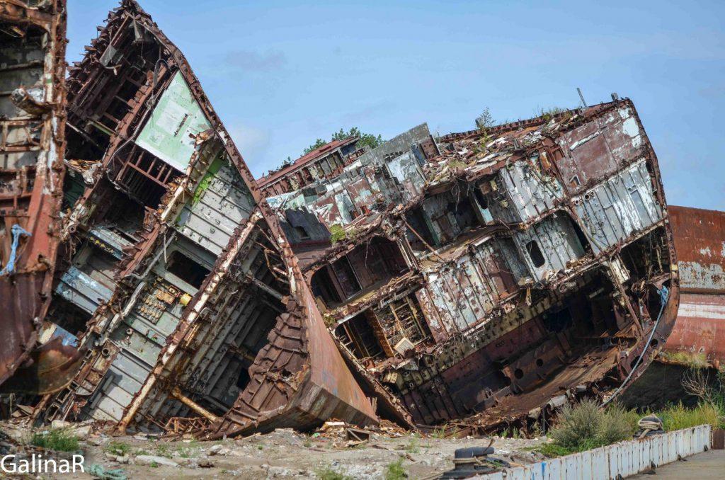 Куски корабля Неукротимый с кладбища кораблей в Балтийске