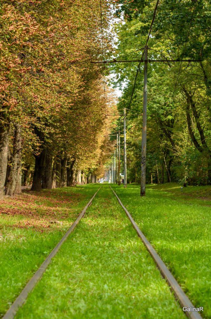 Красивая трамвайная линия в районе Хуфен в Калининграде