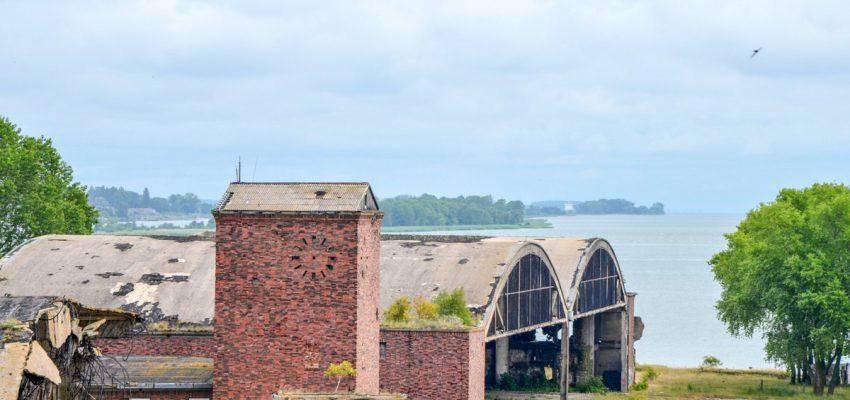 Ангары военного аэродрома на Балтийской косе в Балтийске