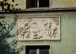 Зеленый дом с барельефами на Энгельса