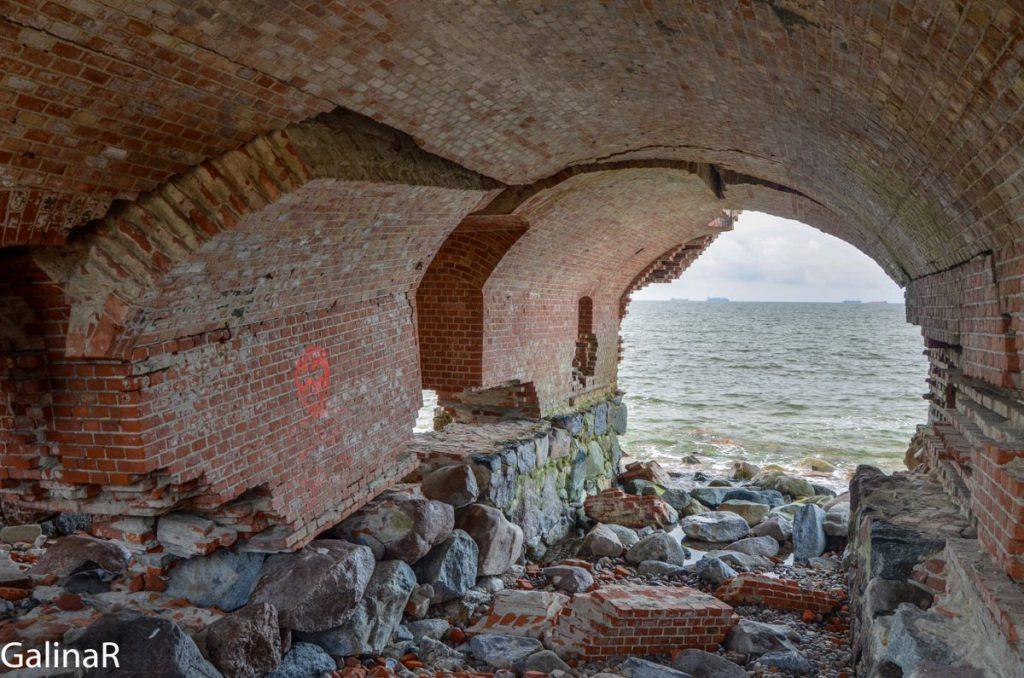 Разрушенные стены Западного форта на Балтийской косе в Балтийске в Калининградской области