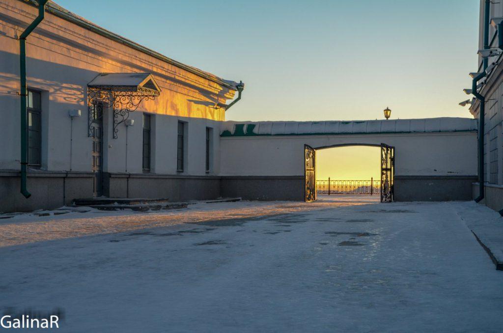 Выход из Тобольского кремля на террасу у Дома наместника на закате