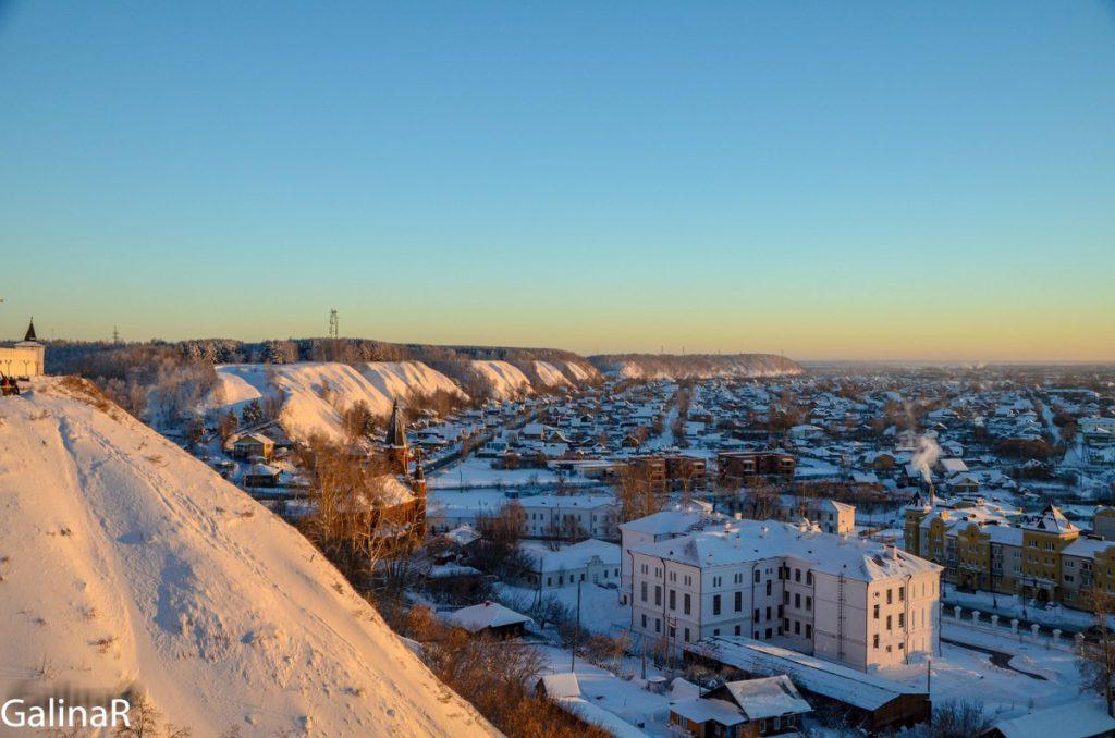 Панорама города с Тобольского кремля зимой на закате