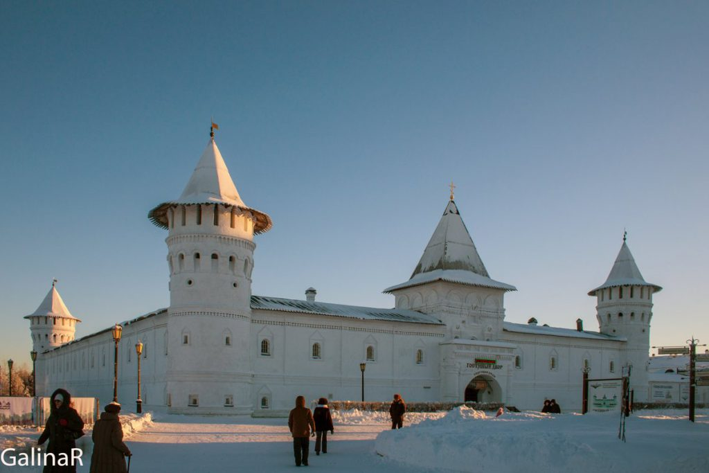 Гостиный двор в Тобольском кремле зимой на закате