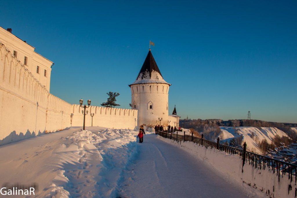 Прогулка вокруг стен Тобольского кремля зимой на закате