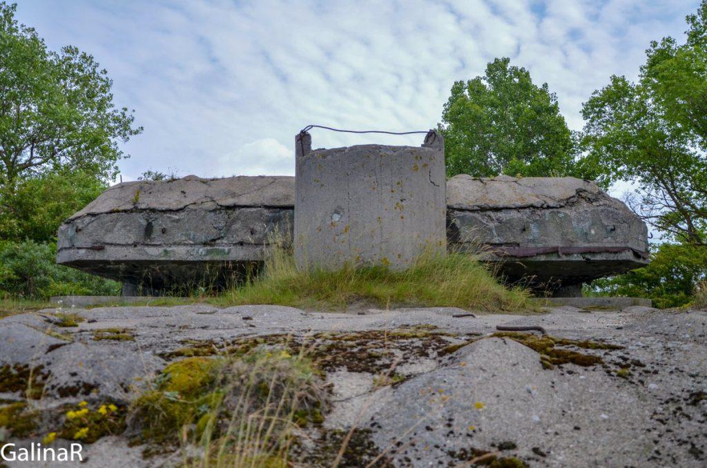 Двухэтажный бункер целеуказания со стороны моря