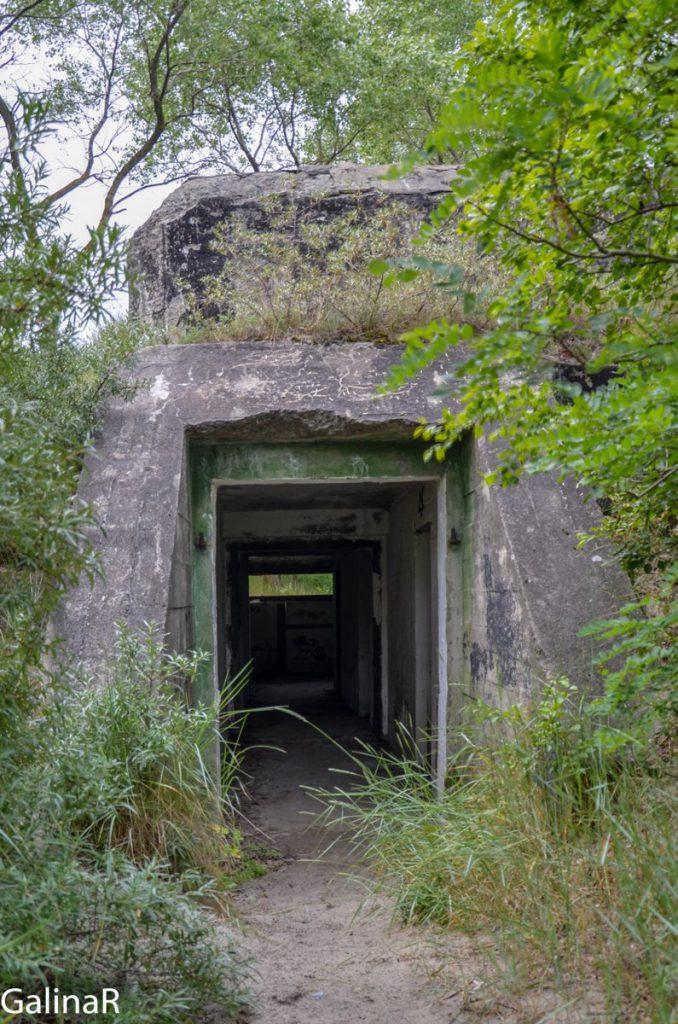 Вход в двухэтажный бункер целеуказания