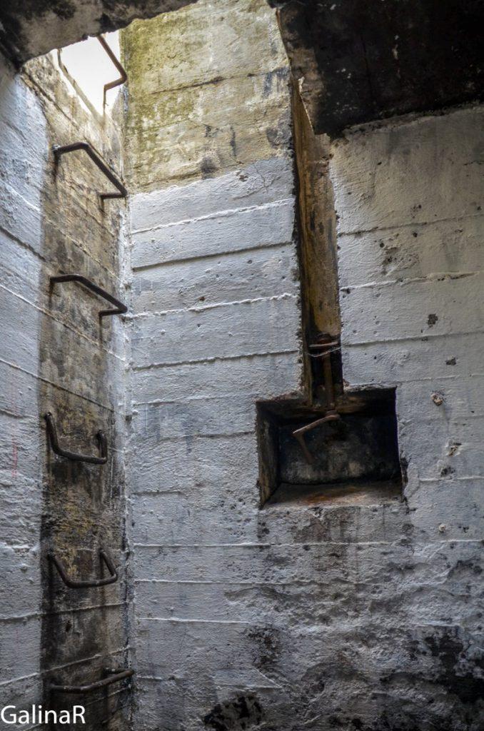 Двухэтажный бункер целеуказания вентиляционная лестница