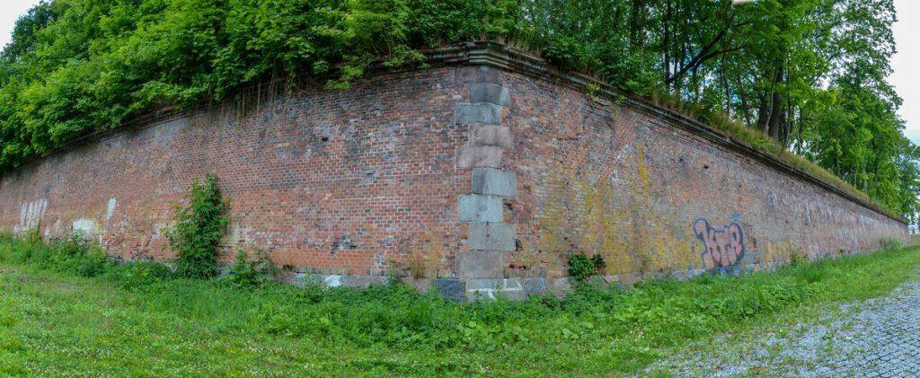 Стена Бастиона Грольман со стороны ручья