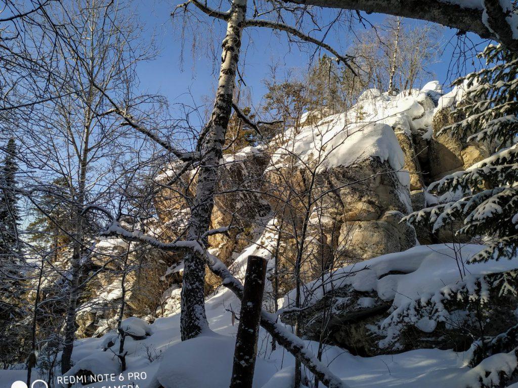 Скалы на вершине хребта Бакты зимой
