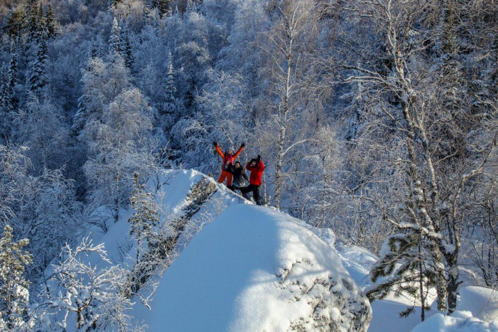 Скалы хребта Бакты зимой