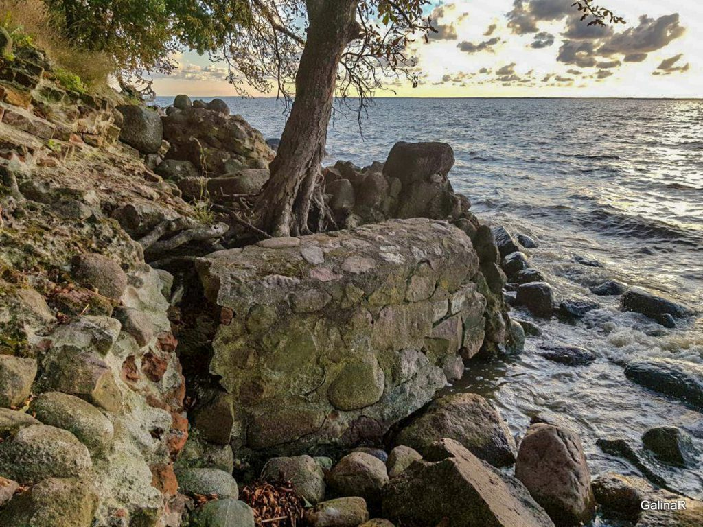 Руины замка Бальга на пляже