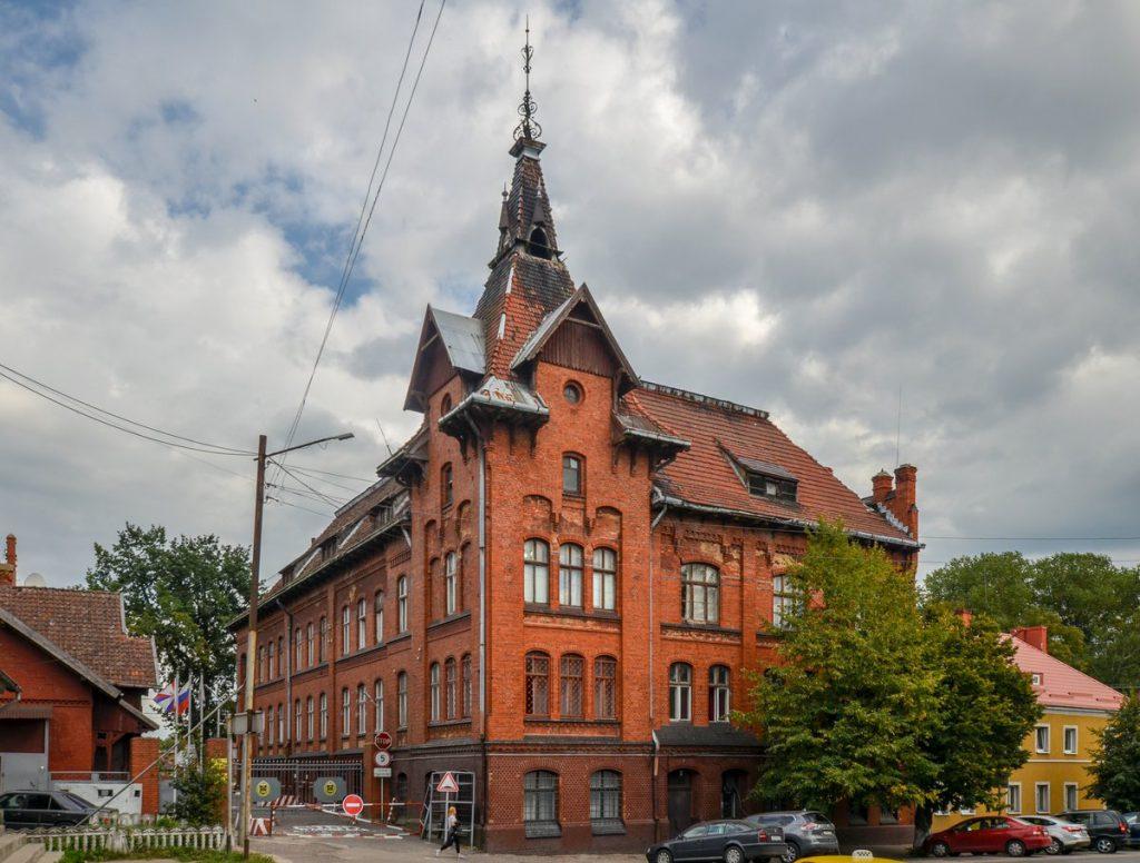 Здание с башенкой на территории военной части в Гвардейске