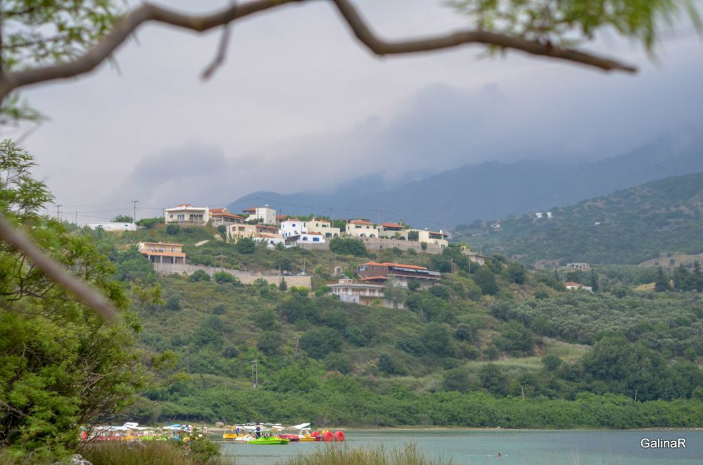 Горы на озере Курнас