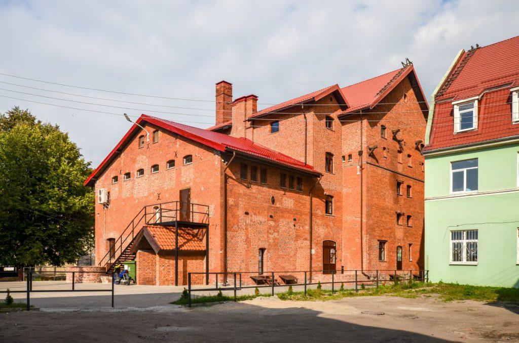 Большое здание из красного кирпича в Гвардейске