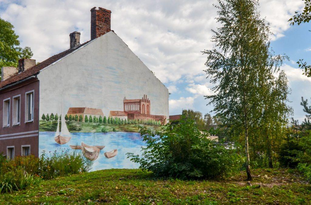 Рисунок замка Тапиау на фасаде дома в Гвардейске