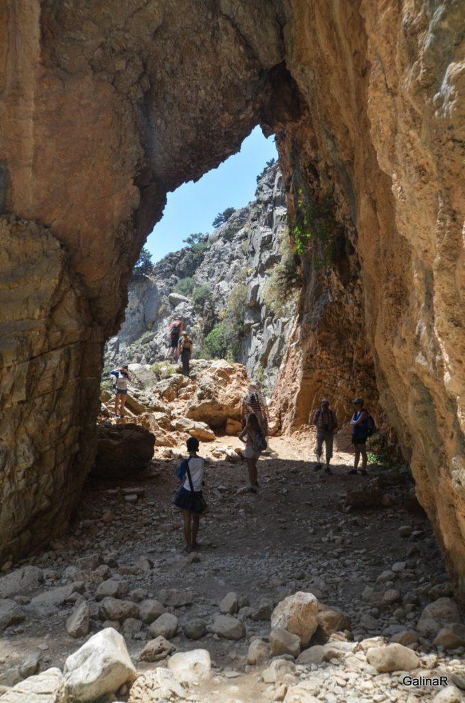 Каменный ворота в ущелье Имброс на Крите