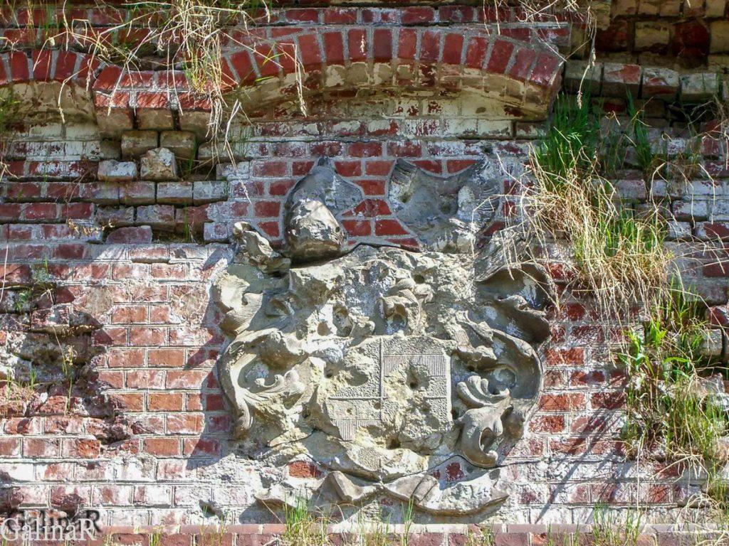 Форт 1 в Калининграде герб над входом