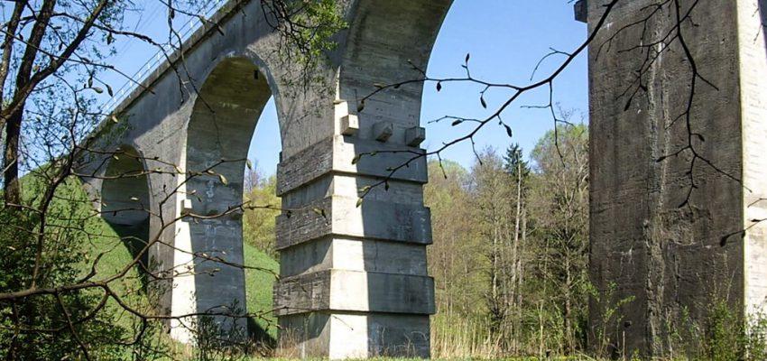 Железнодорожный арочный мост через реку Красную