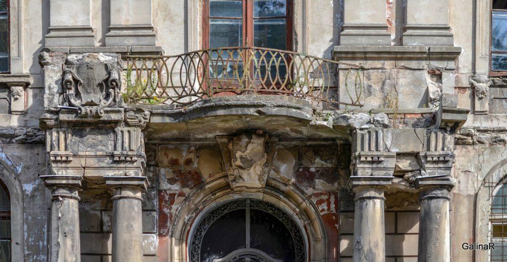 Балкон здания по адресу Сергея Тюленина 15