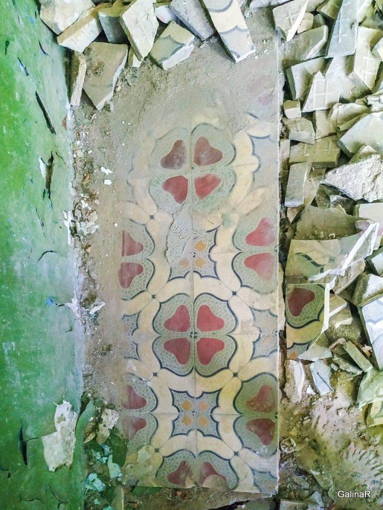 Старинная усадьба фон Заукенхоф, оригинальная плитка