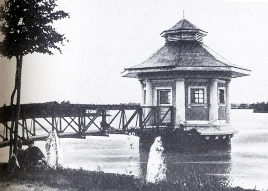 Круглая башня на воде старое фото