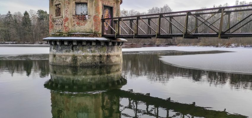 Круглая башня на воде в Колосовке